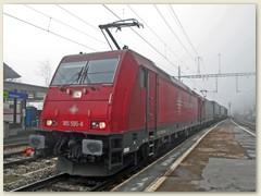 11_Ein schwerer Güterzug gezogen von der Crossrail Lok 185 durchfährt die Station Hohtenn Richtung Brig