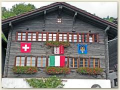18_Ein typisches Walliser Holzhaus geschmückt für das BLS Jubiläum