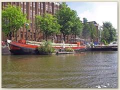 39_Ein Hausboot mit Gartenanlage