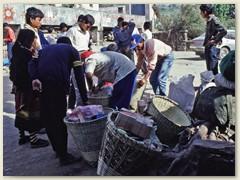 03 Unser Gepäck wird ab- und ausgeladen, anschliessend sortiert