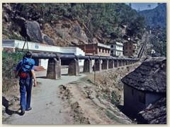 05 Unser Trekking-Leiter geht voraus. Die Route führt einer Wasserleitung empor Richtung Sheopuri Lekh