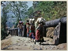 06 Auch drei Sherpanis (Mädchen) tragen unser schweres Trekking-Gepäck