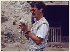 08 Bernhard spricht gut nepalesisch - hier mit einem Lämmchen in den Armen -
