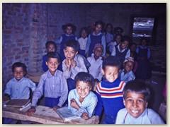 23 Wir besuchen Schüler in einem Klassenzimmer bei Gul Bhanjyang 2125 m