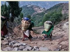 29 Unsere drei Trägerinnen mit Küchenmaterial auf dem Rücken