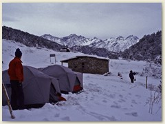 54 Wegen der Neuschneemenge und ungenügender Kleidung der Sherpas wird beschlossen - Heute ist Ruhetag