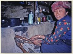 58 In der nebenstehenden Steinhütte richten die Sherpas eine provisorische Küche und ein Aufenthaltsraum ein