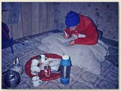 60 Am Nachmittag im ungeheizten Raum - Bernhard schreibt seinen Tagesbericht
