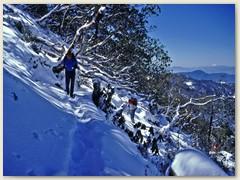 62 Bei strahlblauem Himmel geht das Trekking weiter und wieder Bergauf
