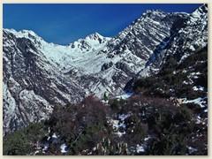 65 Im Hintergrund unser nächster Übergang - Passhöhe 4609 m - Laurebina La - der Höchste Punkt des Trekkings