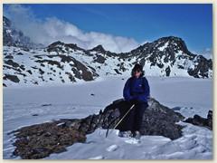 67 Einer der verschneiten heiligen Gosainkund Seen