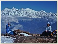 70 Einige Himalaya - Riesen auf der Passhöhe Laurebina La 4609 m. Das Gebirge erstreckt sich auf einer Länge von rund 3000 Km von Pakistan bis Burma. Hier befinden sich 10 der 14 Berge deren Gipfel mehr als 8000 Meter hoch sind