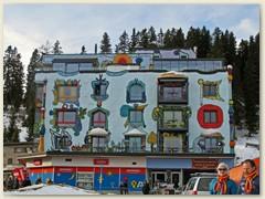 25_Hausfassade in Arosa - Hundertwasser lässt Grüssen