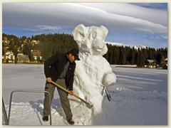 32_Eine Schneeskulptur entsteht