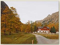 01_Spinas besteht aus einem Bahnhof, einem Gasthaus und eine Handvoll Alphütten