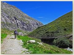 09_Eine schauckelnde Hängebrücke überquert den Bach im Länta
