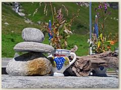 11_Wir geniessen auf der Lampertsch-Alp ein Glas kühler Most