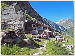 17_Die Hütte duckt sich regelrecht in den Berg hinein