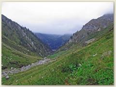 44_Dem Ri di Scaradra entlang, im wilden Val Scaradra, erblickt man ab und zu den Lago di Luzzone