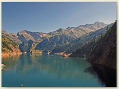 45_Der Stausee Lago di Luzzone liegt am oberen Ende des Bleniotals. Zuhinterst links grüsst der Piz Terri