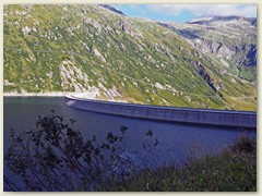 02_Die Bogen-Staumauer des Lai da Sontga Maria, Seeseite, Höhe 1908 m