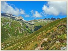 07_Im Val Rondadura geht es dem Hang entlang stetig aufwärts über Stein und durch Gras