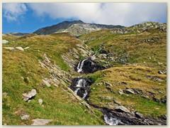 10_Der Bergbach ohne Namen auf der Lk fliesst über einige Stufen in den Aua dalla Val