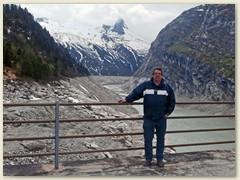 28_Mitte Mai - Markus Dolder auf der Staumauer des Zervreilastausees
