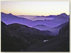 05_Vor Sonnenaufgang oberhalb der Hütte auf 2480 m - Blick Richtung Iffigenalp hinunter
