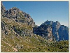 08_Unsere Aufstegsroute - Blick zurück - rötlich farbiges Dolomitengestein