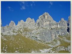 10_Nochmals imposante Dolomitenwände und steile, zerklüftete Gipfel