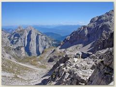 13_Vom Mittagstisch erblicken wir das Rifugo Tosa und den Aufstiegsweg
