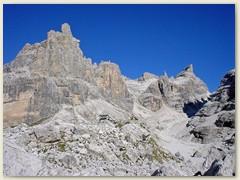 32_Auf dem Weg zur Bocca di Tuckett ist das Rifugio Tickett kaum zu erkennen