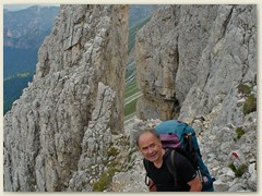 10_Klaus sucht die Route zum Santer Klettersteig trotz kleinen, seltenen Markierungen nicht leicht zu finden