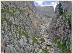 108_Blick zurück - die Abstiegsroute und hinauf zum  Passo delle Scalette