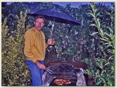 25r Paul beim Grillieren