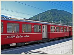 04r Aelterer Personenwagen zweiter Klasse mit Mitteleistieg und Schrift Romanisch