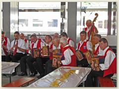 14r Ländlermusiker spielen in der Bahnhofhalle