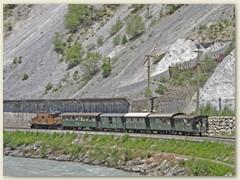 26r Ein Historischer Zug - Krokodillokomotive mit grünen Drittklasswagen verlässt Trin Richtung Ilanz