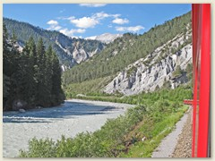 27r Zwischen Reichenau und Castrisch fährt die RhB durch eine einmalige Flusslandschaft
