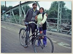 13 Ein Rumänenpaar mit seinem Transportvehikel