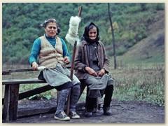 28 Nebenan beschäftigen sich zwei ältere Frauen . . .