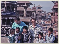 02 Bernhard Rudolf Banzhaf mit Peter Werder und Schulkinder von Kathmandu