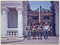 05 Wächter vor dem Eingang des Palastes