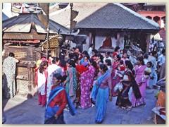 37 Nepalesinnen in bunten Kleidern
