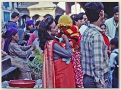 38 Nepalesinnen in bunten Kleidern