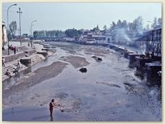 59 Der Fluss ist sehr stark verschmutzt, da fast alle Abwässer Kathmandus, mit weit mehr als einer Million Einwohnern, in ihn eingeleitet werden