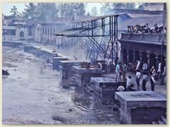 60 Am Bagmati finden Leichenverbrennungen nach hinduistischem Ritus statt