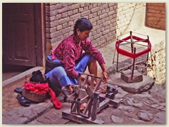 66 Frau am Spinnrad