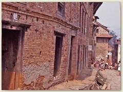 67 Kirtipur Dorfansicht, die Bausubstanz der Wohngebäude sind meistens sehr schlecht